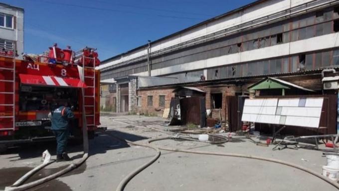 Человек погиб при пожаре на заводе промышленного стекла в Новосибирске