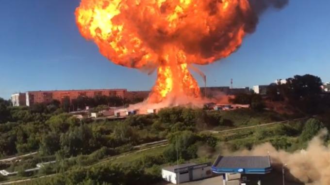 В МЧС назвали предварительную причину пожара на АЗС в Новосибирске