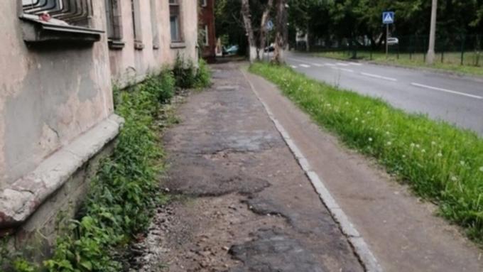 Барнаульцы пожаловались на разбитый тротуар, который не ремонтируют много лет