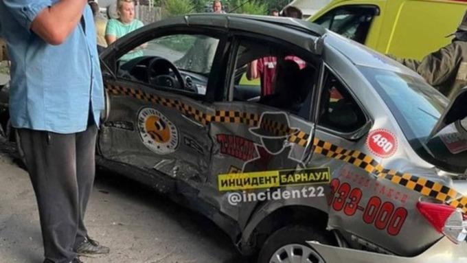 Жесткое столкновение такси и легкового автомобиля произошло в Барнауле