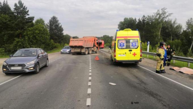 Мотоциклист погиб в ДТП с грузовиком и автобусом на сибирской трассе