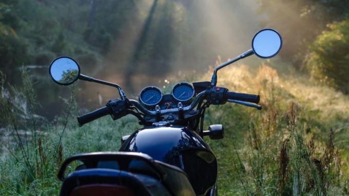 Соцсети: пьяный мотоциклист врезался в автомобиль в Барнауле
