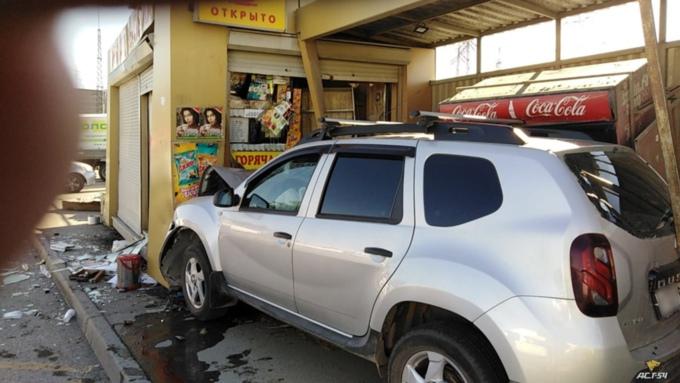 Кроссовер влетел в остановочный павильон после столкновения с другим авто в Новосибирске