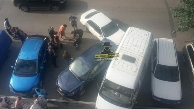 Водитель иномарки протаранил два припаркованных автомобиля в Барнауле