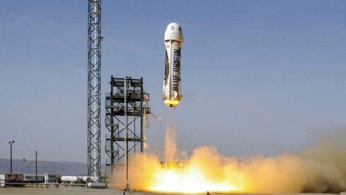 Богатейший человек мира Джефф Безос успешно слетал в космос