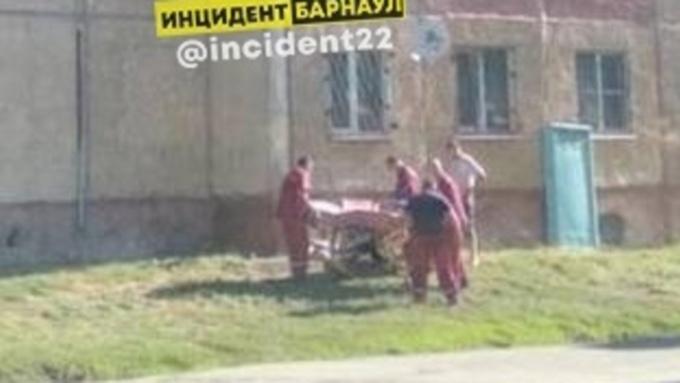 В Барнауле женщина упала, спускаясь на простынях с шестого этажа