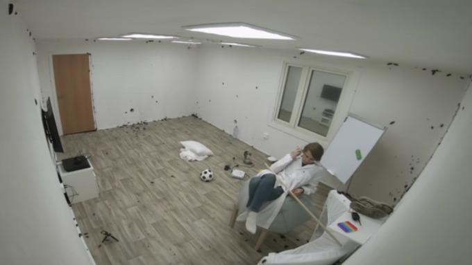 Алтайский блогер провёл сутки в комнате с 10 тысячами тараканов