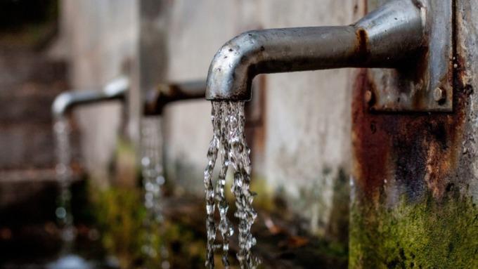 Рабочие устранили прорыв водопровода в посёлке под Барнаулом