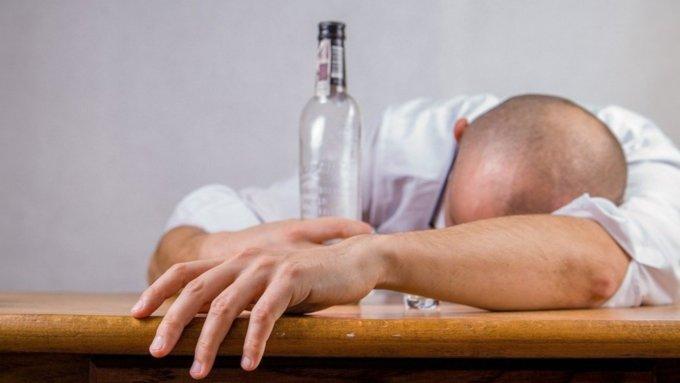 Три человека умерли из-за отравления суррогатным алкоголем в Алтайском крае