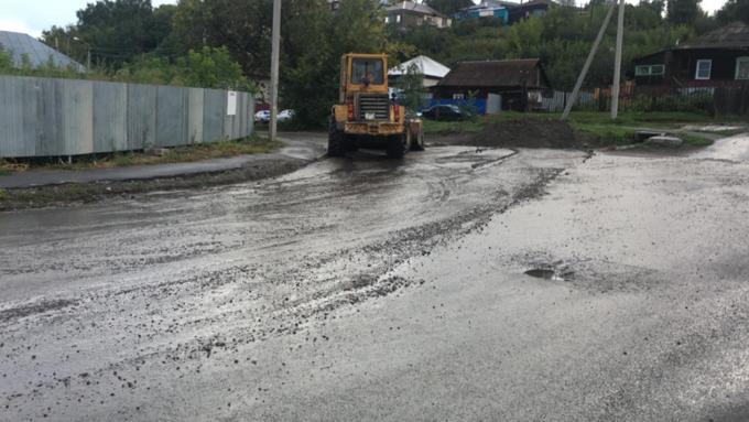 Дорожные службы выехали на очистку улиц после сильного дождя в Барнауле