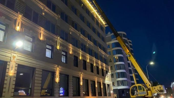 """На здании мэрии начали монтировать буквы """"Барнаул орденоносный"""""""