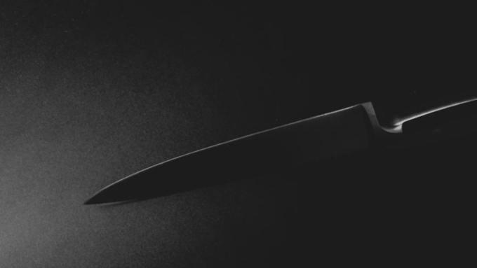 Ревнивая учительница напала на 17-летнего сожителя с ножом