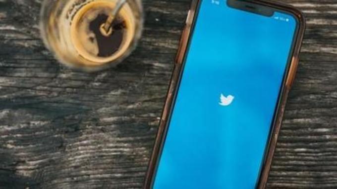 """Twitter заблокировал аккаунт ведущего шоу """"60 минут"""" Евгения Попова"""