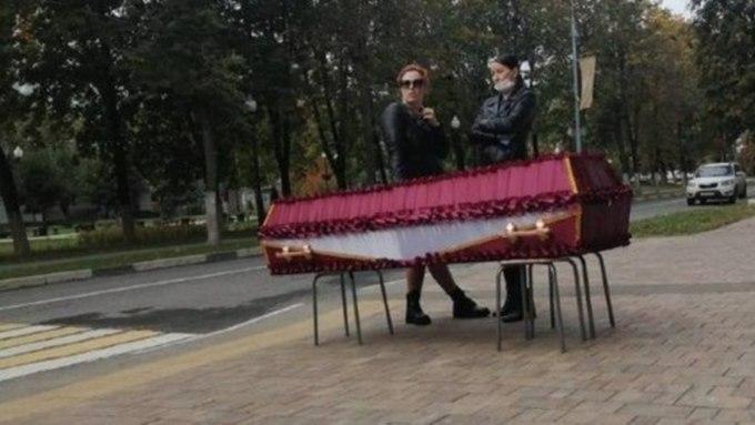 В Балашихе женщина привезла гроб с телом сестры к городской администрации