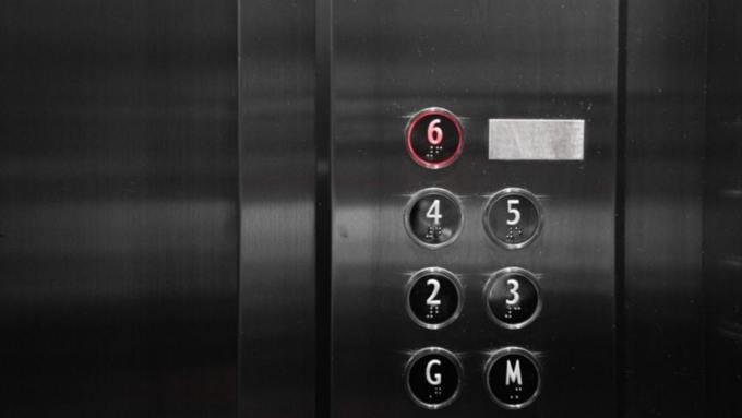 В Москве мигрант-эксгибиционист разделся в лифте на глазах у школьницы