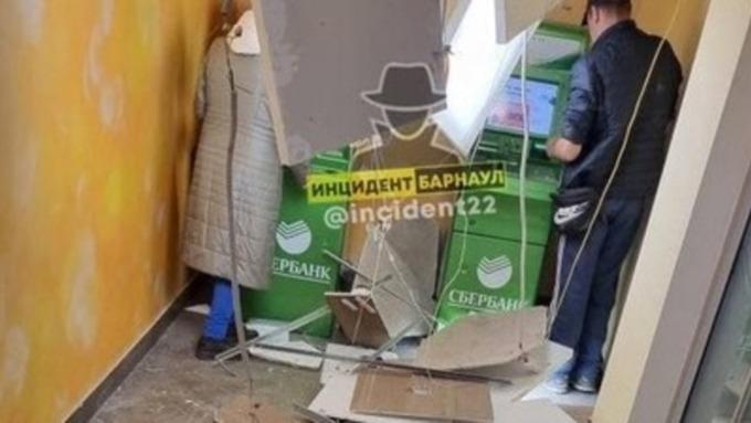 Потолок рухнул в отделении Сбербанка в Барнауле