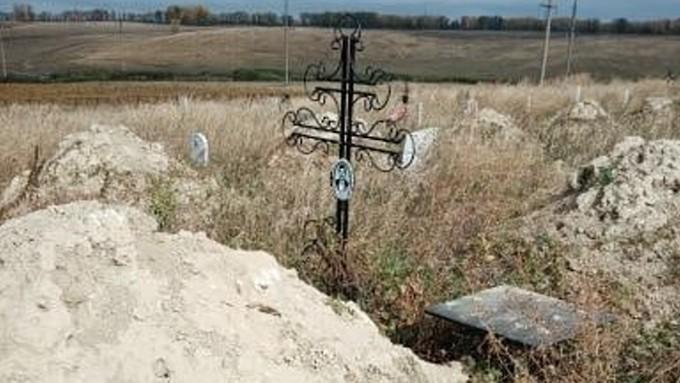Бийские могильщики завалили захоронения горами глины во время копки могил для бездомных