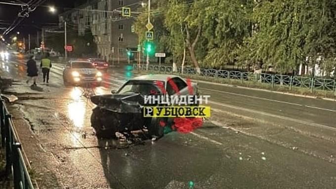 Молодой водитель врезался в ограждение в Рубцовске