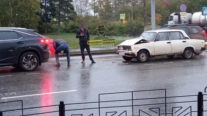 """""""Семерка"""" протаранила Lexus перед пешеходным переходом в Барнауле"""
