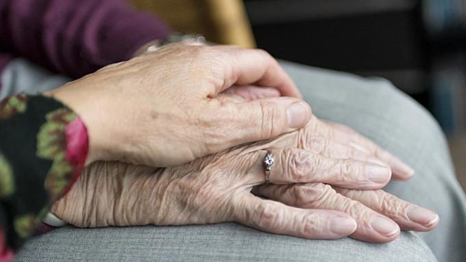 Член Совфеда предложил голодающим пенсионерам идти на работу или просить деньги у детей