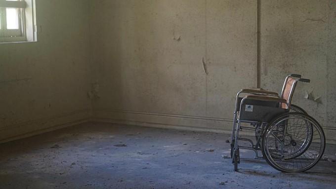 Раздетого подростка-инвалида нашли в Барнауле. Его бросила мать, оставив ни с чем