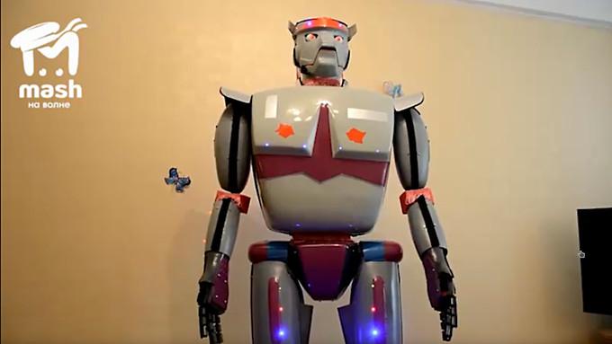 Российский пенсионер продаёт самодельного робота, рассказывающего анекдоты