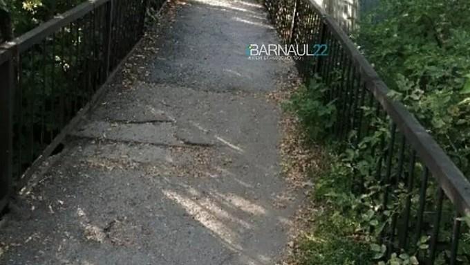 Мэрию Барнаула обязали отремонтировать мост, на котором запинаются матери с колясками