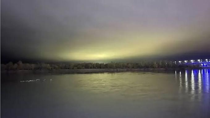 Необычное жёлто-зелёное свечение сняли в небе за Барнаулом