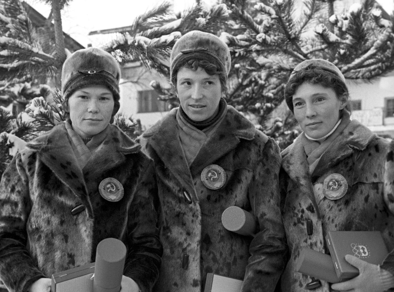 88132dbf Советские лыжницы Евдокия Мекшило, Клавдия Боярских и Алевтина Колчина,  взявшие золото в эстафете 3х5 километров на зимних Олимпийских играх в  Инсбруке, ...