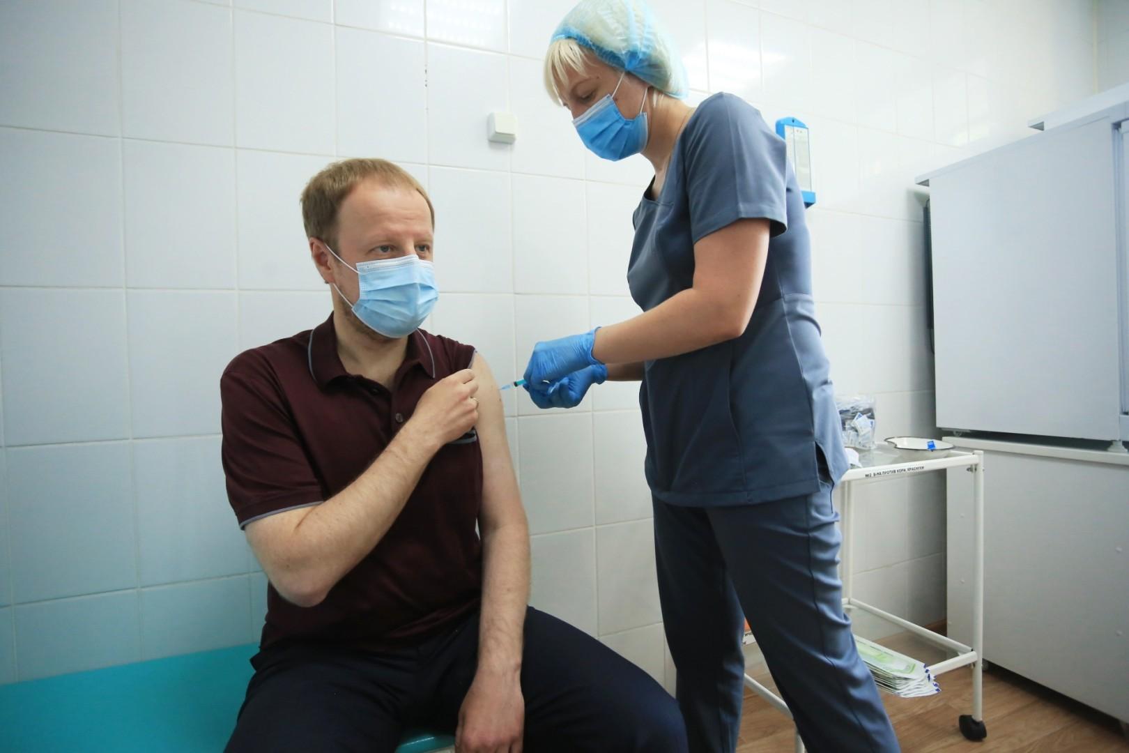 amic.ru: Виктор Томенко ставит прививку от коронавируса