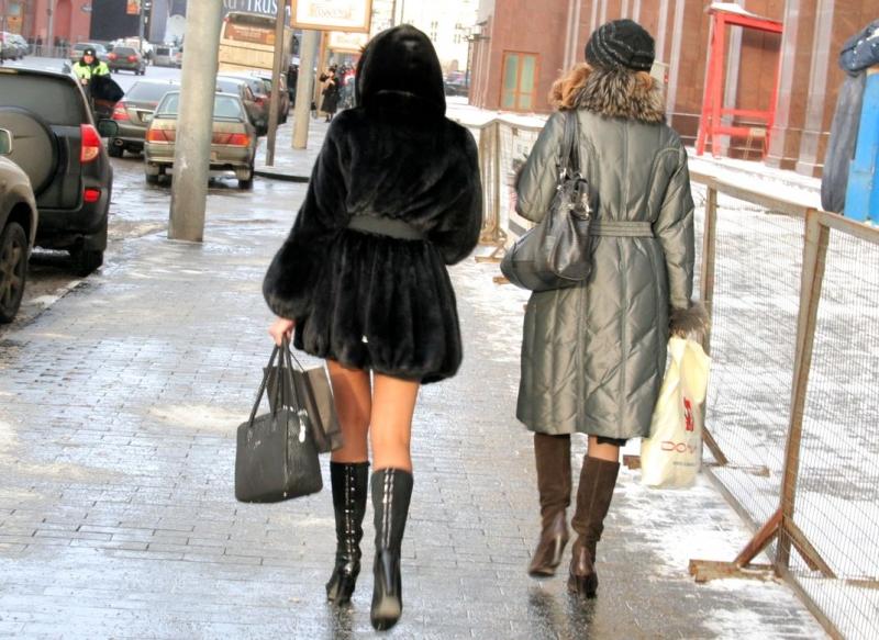 Показать девушек в колготках и юбках