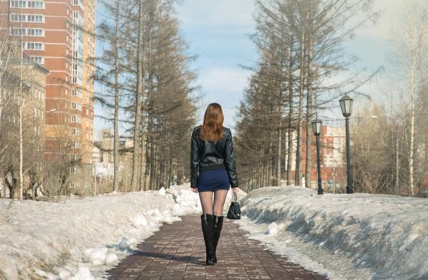 Подглядывание за женщины в мини юбках